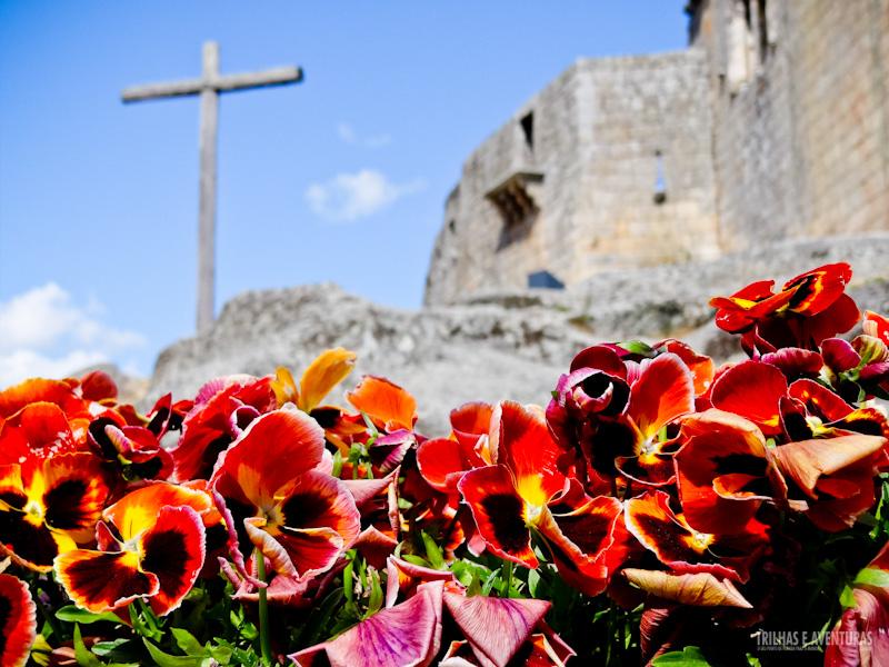 Castelo de Belmonte e a réplica da cruz do Brasil